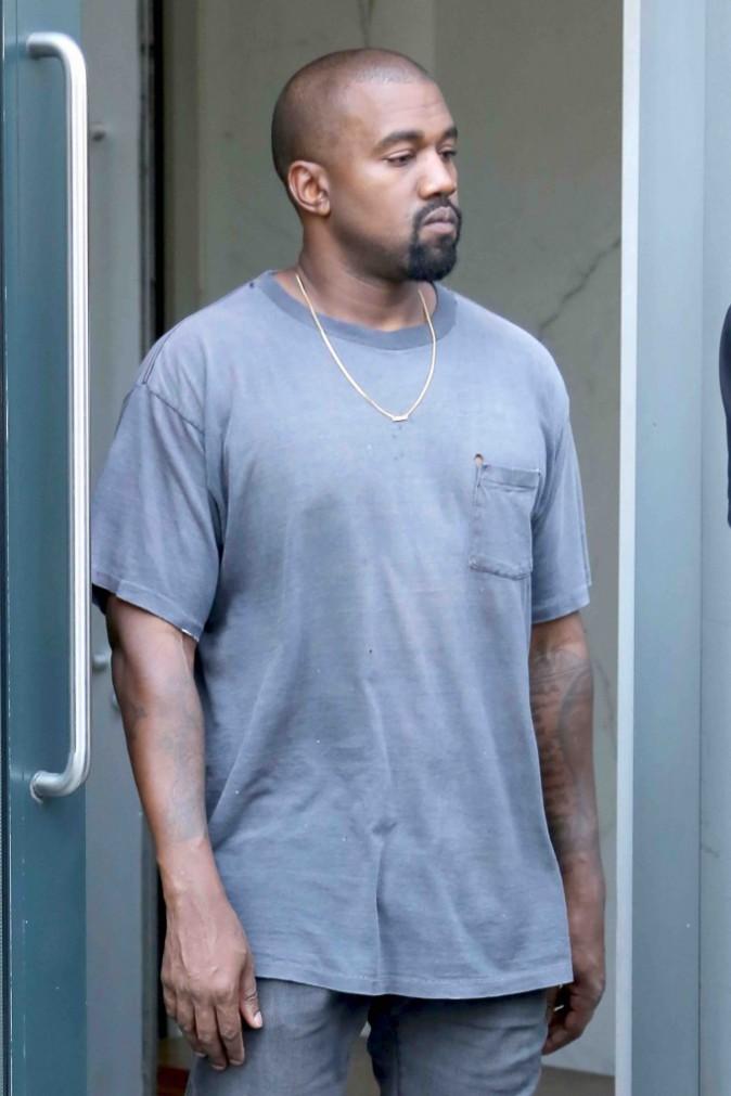 Kim Kardashian exhibe sa poitrine, pendant que Kanye se la joue cool avec ses fans !