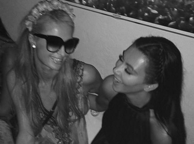 Kim Kardashian : heureuse de retrouver Paris Hilton à Ibiza, elle prouve que la hache de guerre est bien enterrée !