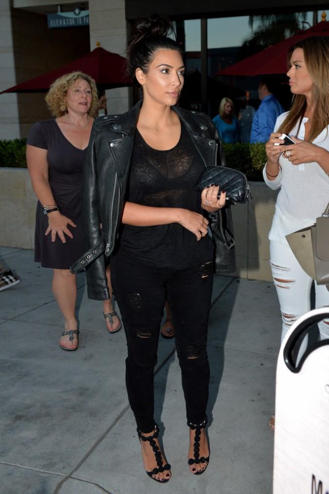 Look rock pour Kim Kardashian à la sortie du restaurant La Scala à Los Angeles, le 5 août