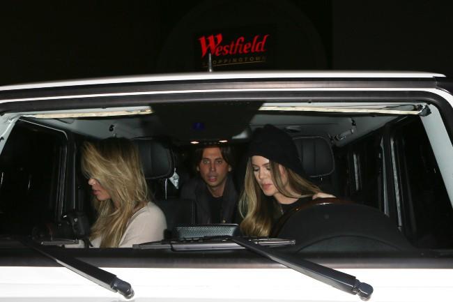 Kim Kardashian de sortie avec sa soeur Khloe et son ami Jonathan Cheban à Beverly Hills, le 10 octobre 2013.