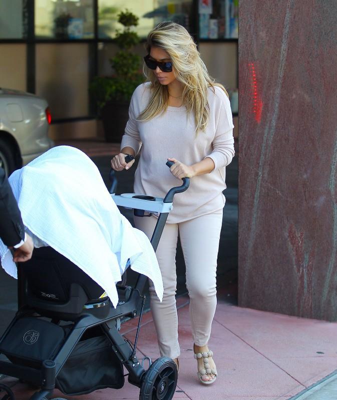 Kim Kardashian et sa fille Nori à Beverly Hills, le 10 octobre 2013.