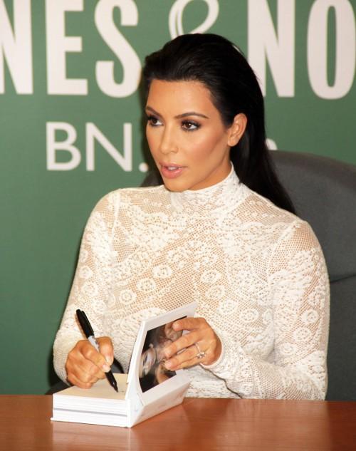 Kim Kardashian en séances de dédicaces à New-York le 5 mai 2015