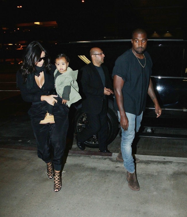 Kim Kardashian à l'aéroport de Los Angeles avec North et Kanye West le 29 août 2014