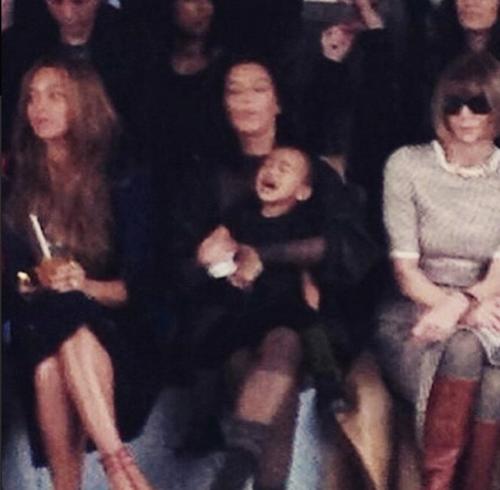 Kim Kardashian et North West impatiente au défilé Kanye West x Adidas le 12 février 2015