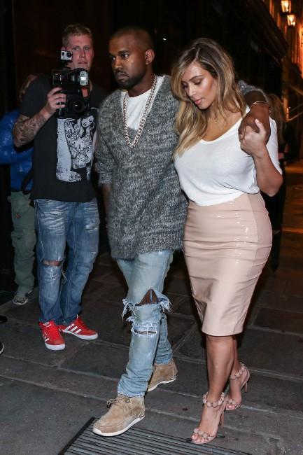 Kim Kardashian et Kanye West à la sortie de l'hôtel Costes à Paris, le 30 septembre 2013.