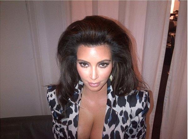 Kim, je crois que tu as quelque chose sur le tête, ah non, juste tes cheveux...