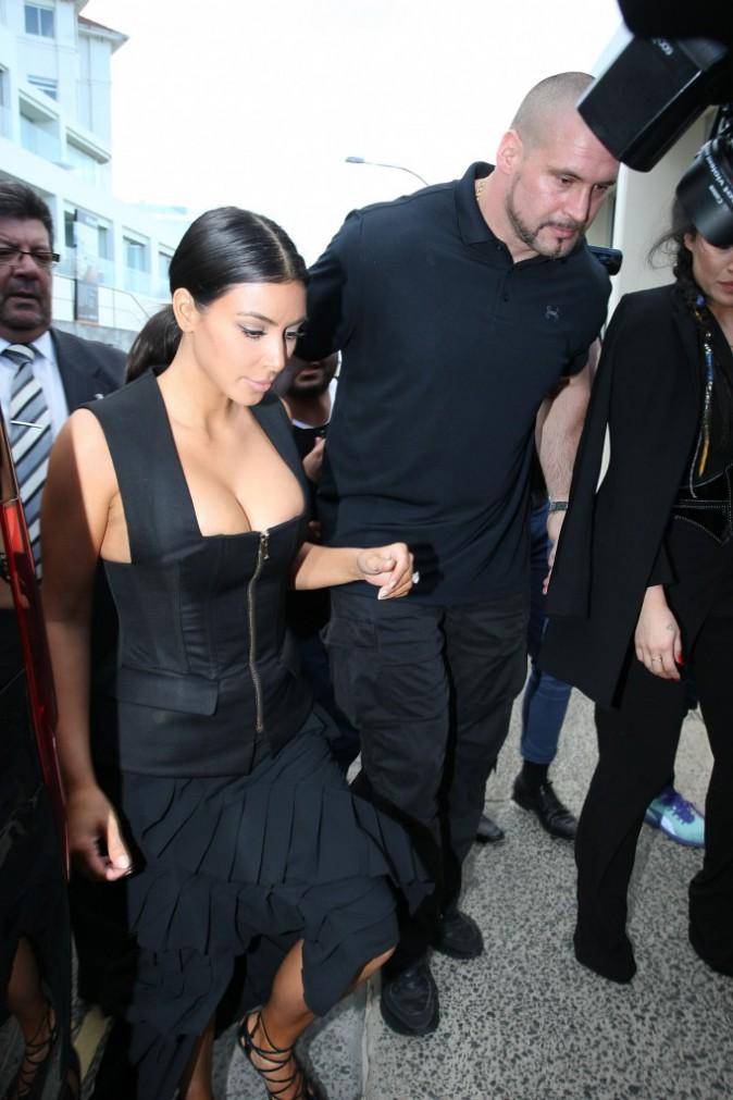 Photos : Kim Kardashian : son généreux décolleté débarque à Sydney !