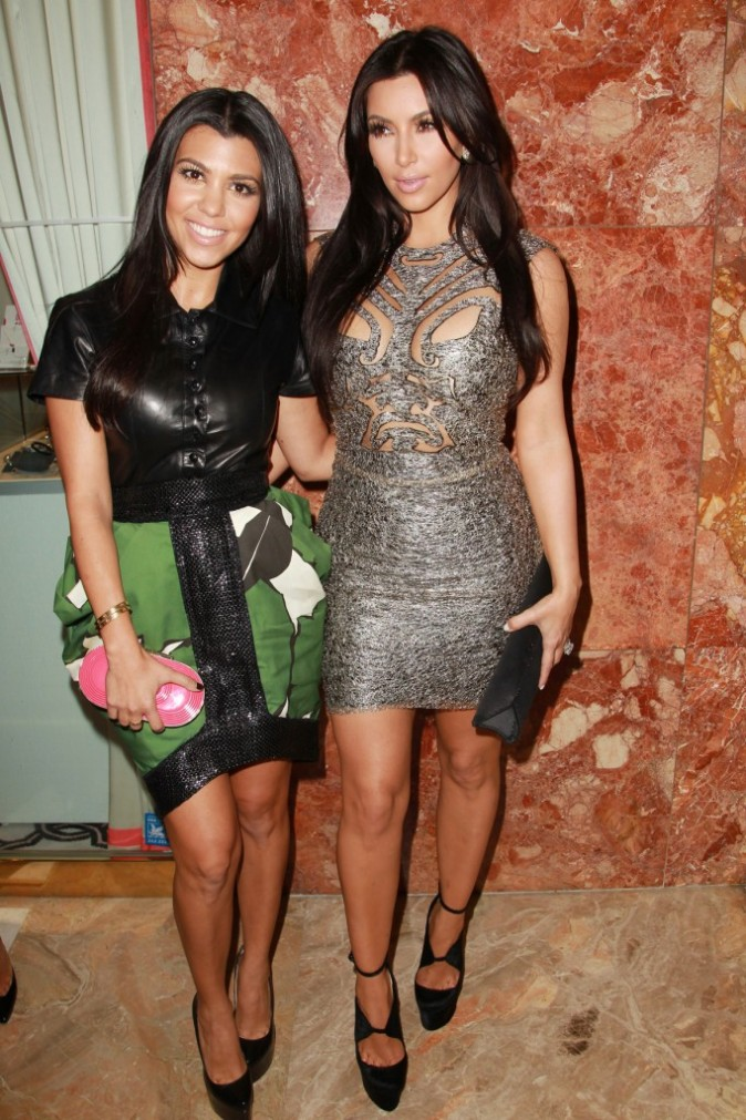 Kim et Kourtney Kardashian lors du défilé Sherri Hill à New York, le 14 septembre 2011.