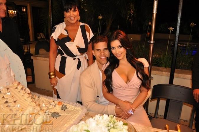Les amoureux et la maman de Kim devant l'immense gâteau...