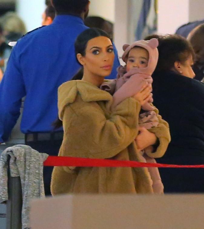 Kim Kardashian et sa fille North à l'aéroport JFK, le 25 février 2014.