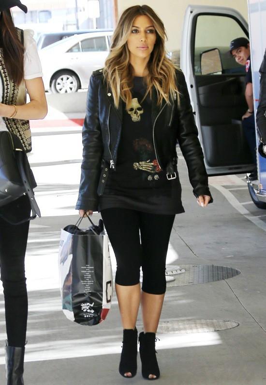 Photos : Kim Kardashian : ultra-décontractée aux cotés de ... Kim Kardashian 2013 October