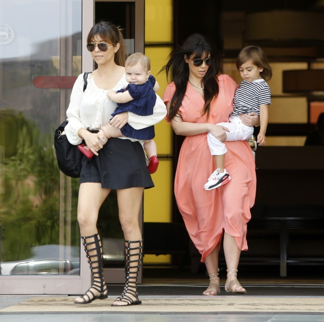 Kim Kardashian, avec sa soeur Kourtney, sa nièce Penelope et son neveu Mason sortant de la messe à Sherman Oaks, le 7 avril 2013.