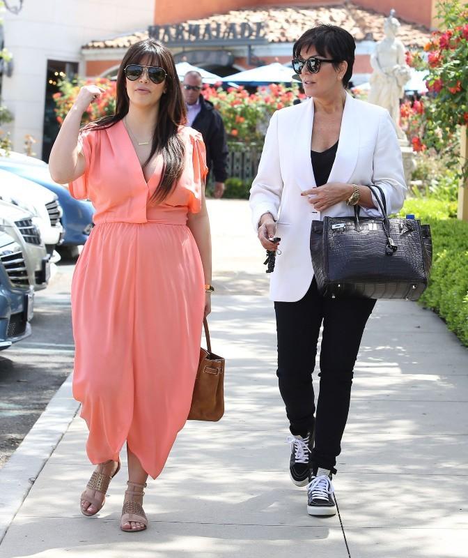 Kim Kardashian et sa mère Kris Jenner se rendant à la messe à Sherman Oaks, le 7 avril 2013.