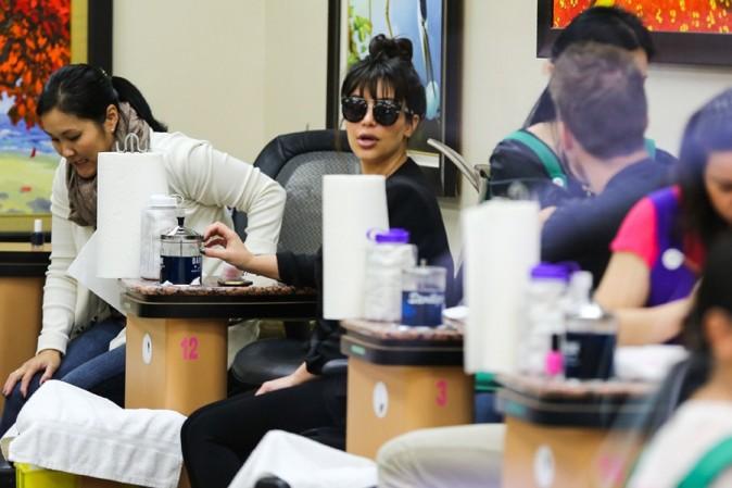 Kim Kardashian dans un salon de beauté de Los Angeles le 15 mars 2013