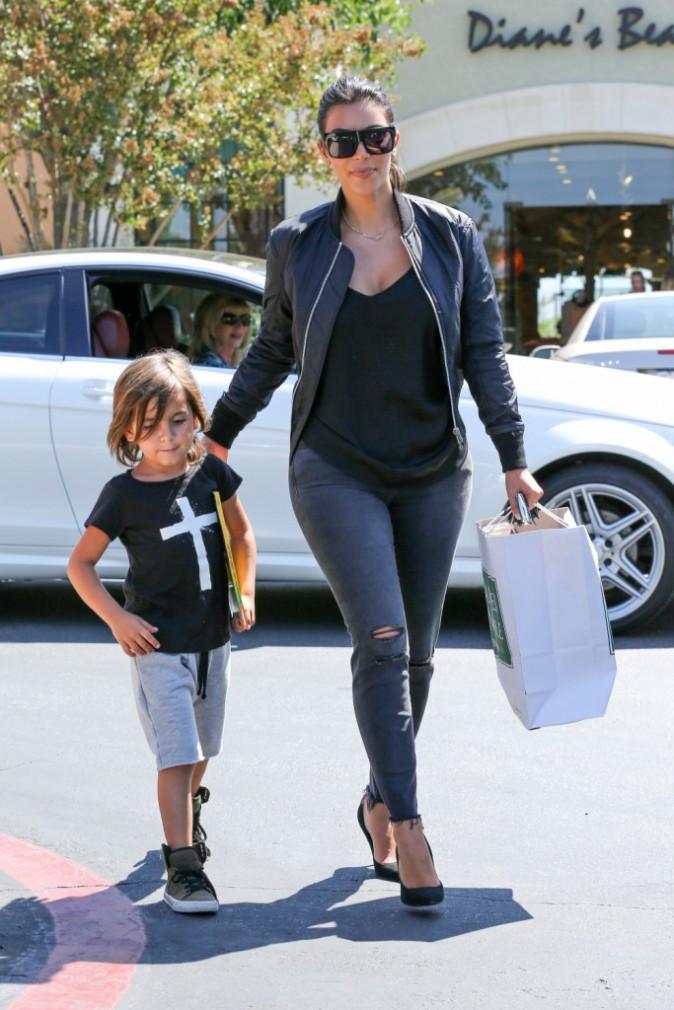 Photos : Kim Kardashian : virée shopping avec Mason, toujours impressionné par les talons de sa tante !
