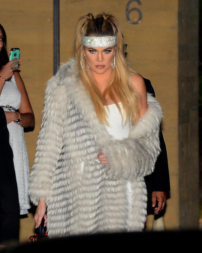 Khloe Kardashian sort sans soutien gorge!