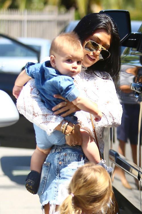 Photos : Kourtney bombesque, Kim rebondie : sortie remarquée avec leurs bébés !