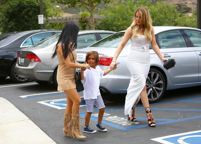 Khloé et Kourtney Kardashian et Mason à Agoura Hills le 21 juillet 2015