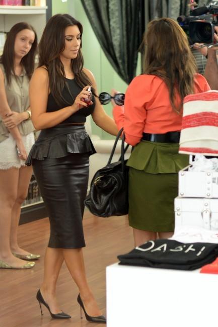 Kim et Kourtney Kardashian en plein shopping à Miami, le 12 décembre 2012.