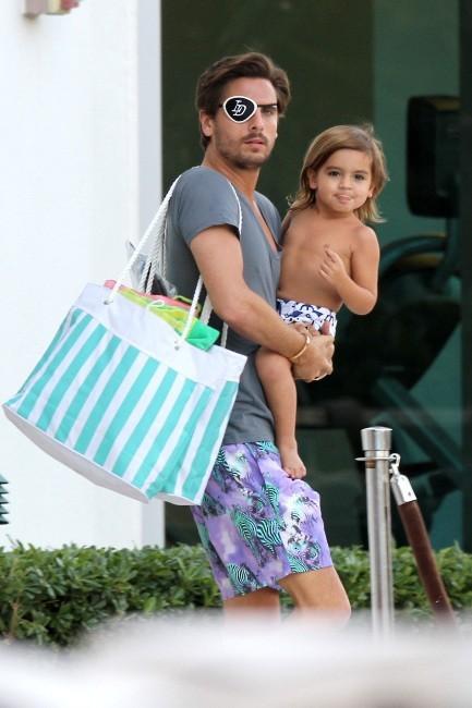 Scott Disick et son fils Mason sur une plage de Miami, le 26 novembre 2012.