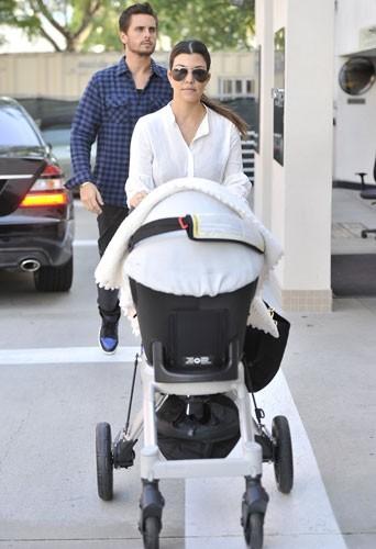 Kourtney Kardashian et Scott Disick avec leur fille Penelope à Los Angeles le 18 février 2013