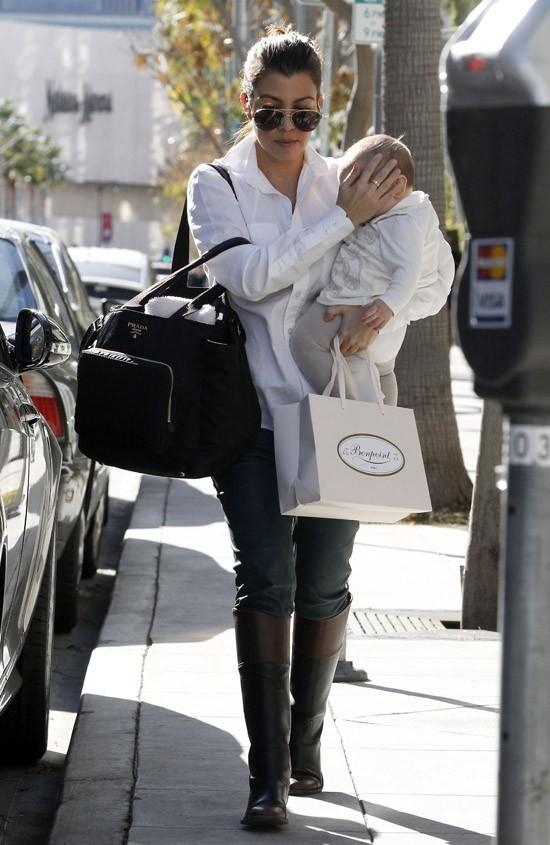 Kourtney Kardashian en sortie shopping avec sa fille Penelope à Beverly Hills le 10 janvier 2013