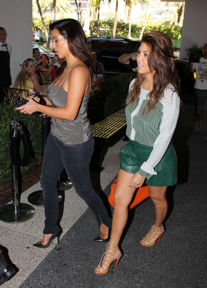 Kim et Kourtney Kardashian faisant du shopping à Miami, le 1er novembre 2012.