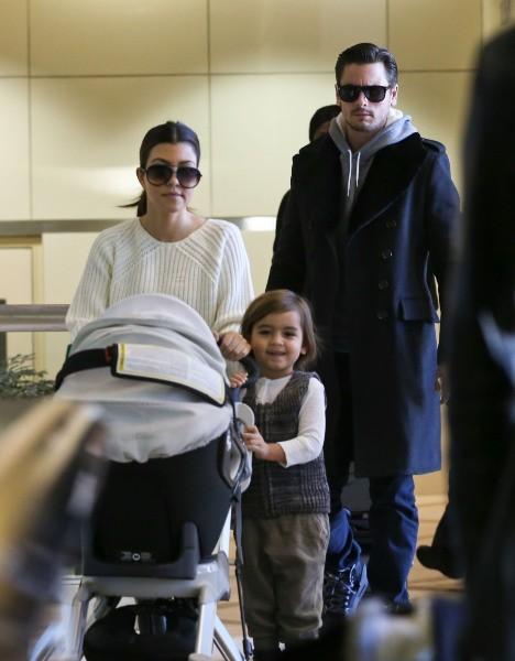 Kourtney Kardashian en famille à l'aéroport de Los Angeles, le 6 janvier 2013.