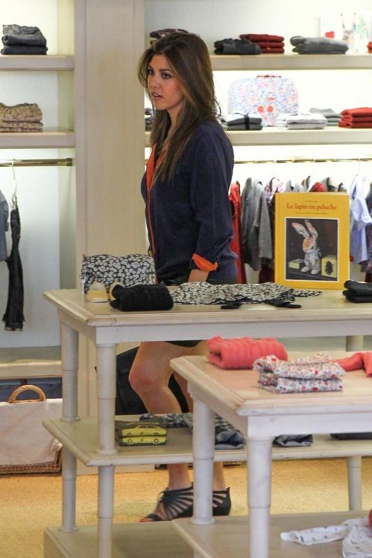 Kourtney Kardashian en plein shopping chez Bonpoint à Miami, le 23 octobre 2012.