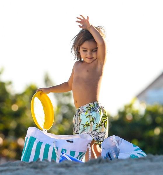 Mason, le fils de Kourtney Kardashian à la plage à Miami, le 30 octobre 2012.