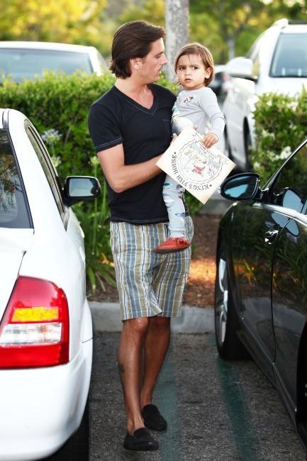 Scott Disick et son fils Mason à Los Angeles, le 28 mai 2012.
