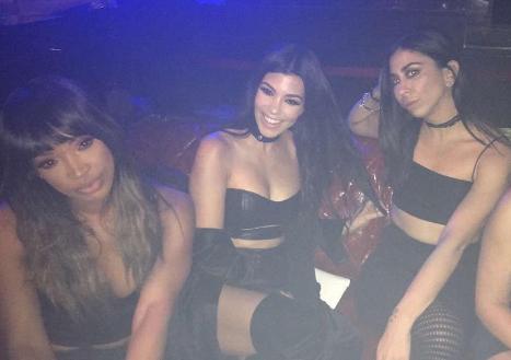 Kourtney Kardashian : Hyper sexy en cuir, elle s'éclate à Las Vegas.