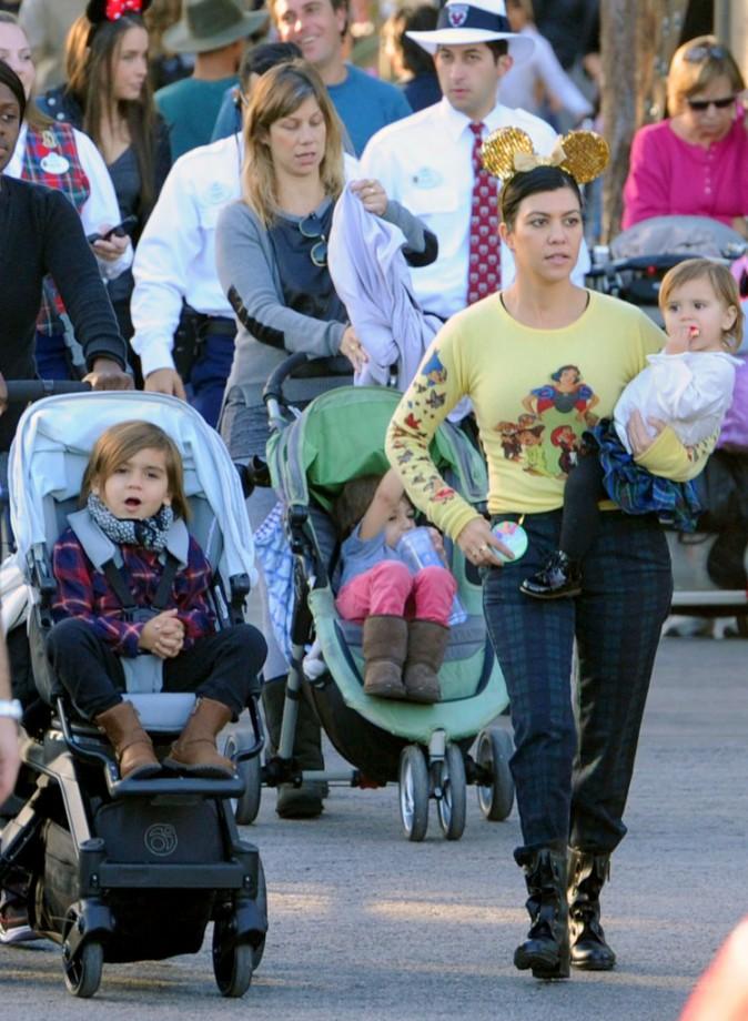 Kourtney Kardashian et ses enfants à Disney en Californie, le 10 décembre 2013.