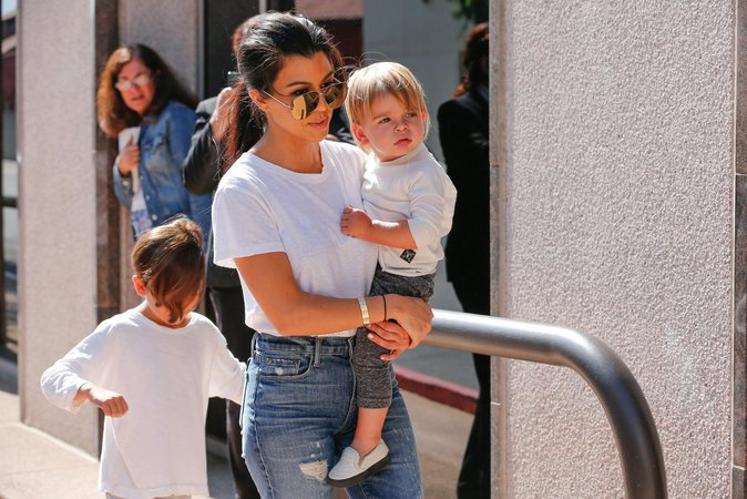 Photos : Kourtney Kardashian les bras chargés... pendant que Scott s'éclate à Cannes !