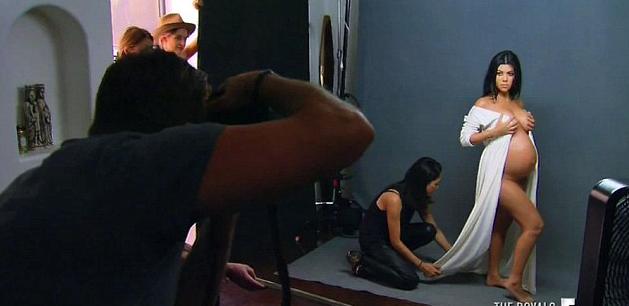 Photos : Kourtney Kardashian : les coulisses de son shooting dénudé en mode baby bump !