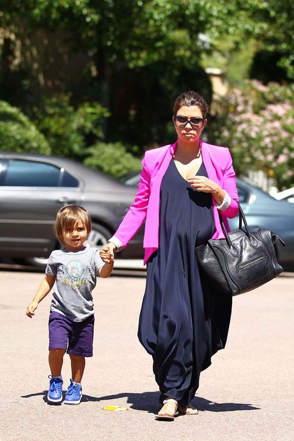 Kourtney Kardashian à Calabasas avec Mason le 23 juin 2012