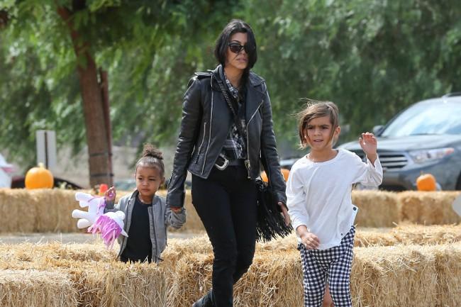 Kourtney Kardashian avec ses enfants à Los Angeles le 4 octobre 2015