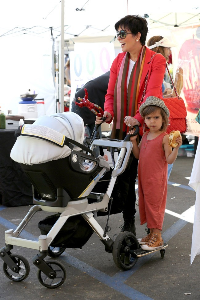 Kourtney Kardashian en famille au Farmers' Market de Calabasas le 30 mars 2013