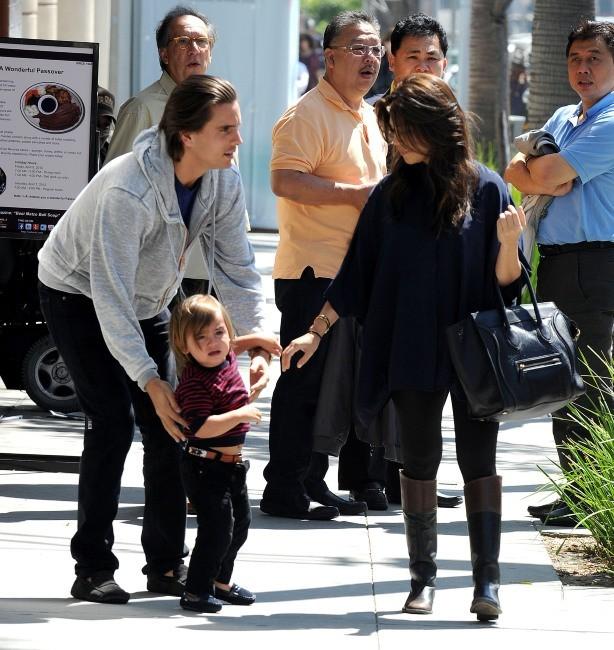 Kourtney Kardashian et Scott Disick avec leur fils Mason à Los Angeles, le 21 mars 2012.
