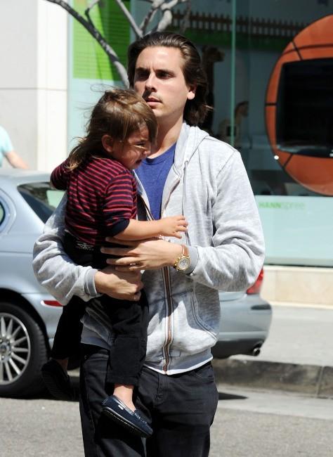Scott Disick et son fils Mason à Los Angeles, le 21 mars 2012.