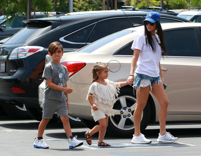Kourtney et ses enfants devant Toys'R'us