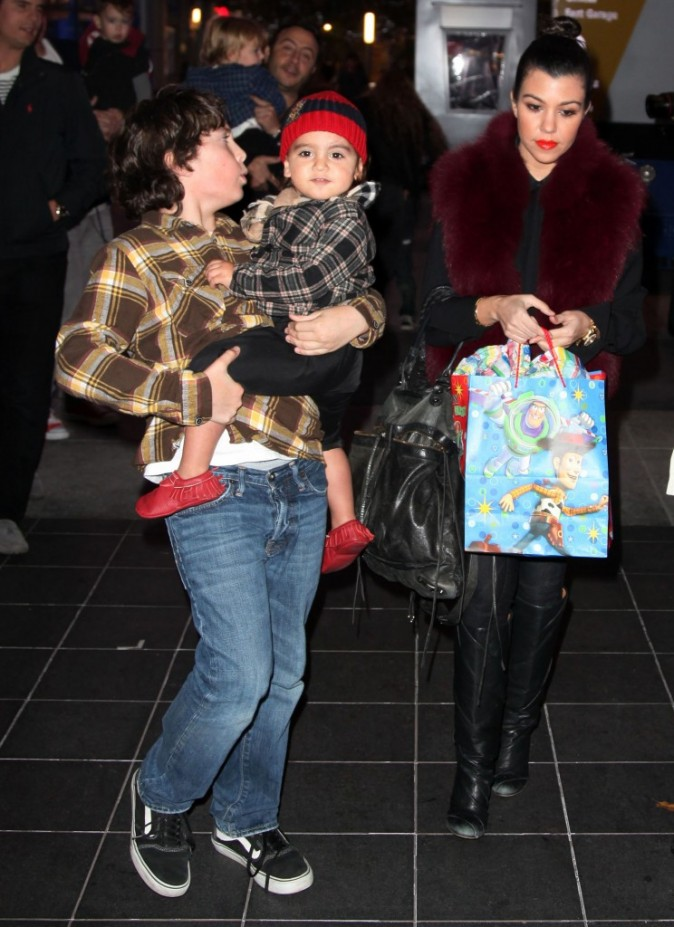 Kourtney Kardashian et son fils Mason lors de la première du spectacle Disney On Ice : Toy Story 3, à Los Angeles, le 14 décembre 2011.