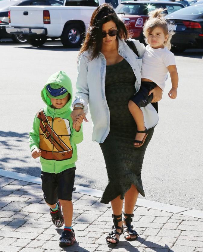 Photos : Kourtney Kardashian : virée shopping avec ses petits amours, Mason une adorable tortue ninja !