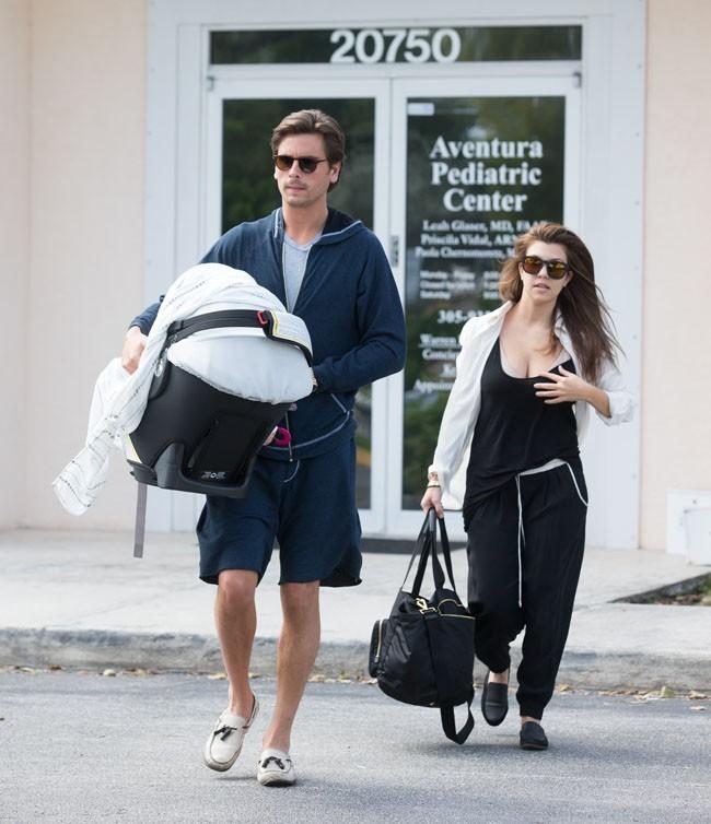 Kourtney Kardashian avec sa fille Penelope et Scott Disick à Miami le 5 novembre 2012