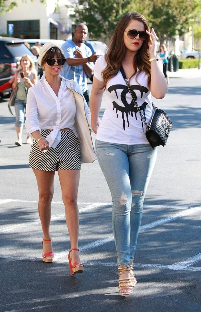 Khloé et Kourtney Kardashian à Calabasas le 18 juin 2013