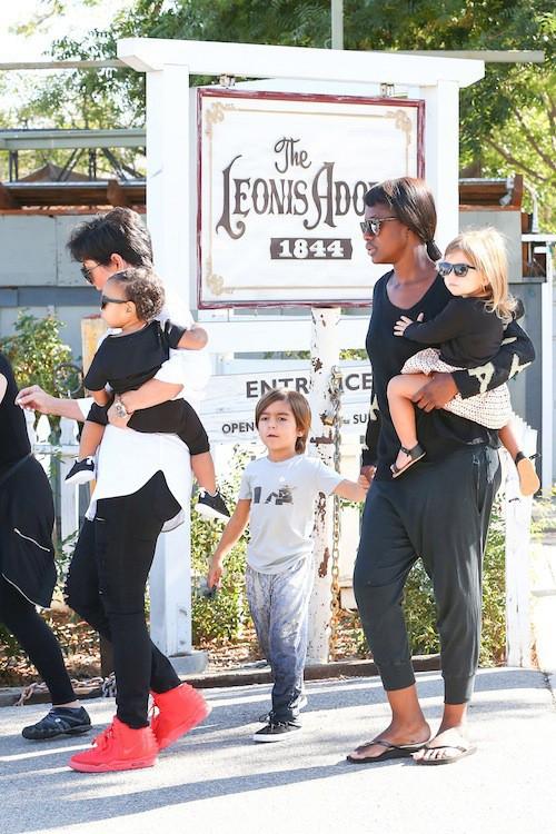 Photos : Kris Jenner : pas si incognito que ça avec ses petits-enfants, North, Penelope et Mason !