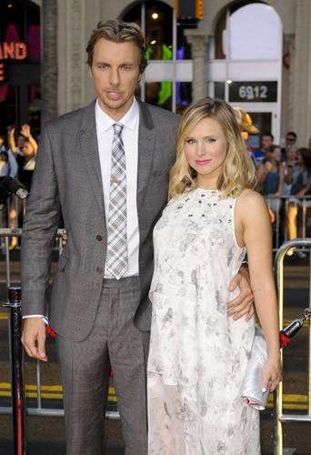 Kristen Bell : enceinte et amoureuse aux côtés de son mari pour une première hollywoodienne !