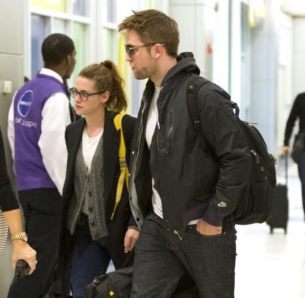 Kristen Stewart et Robert Pattinson à l'aéroport JFK à New York, le 23 novembre 2012.