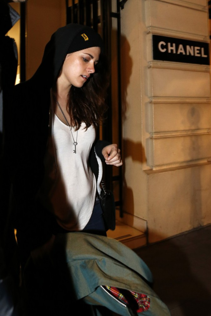 Kristen Stewart sort de chez Chanel à Paris, le 3 février 2014.