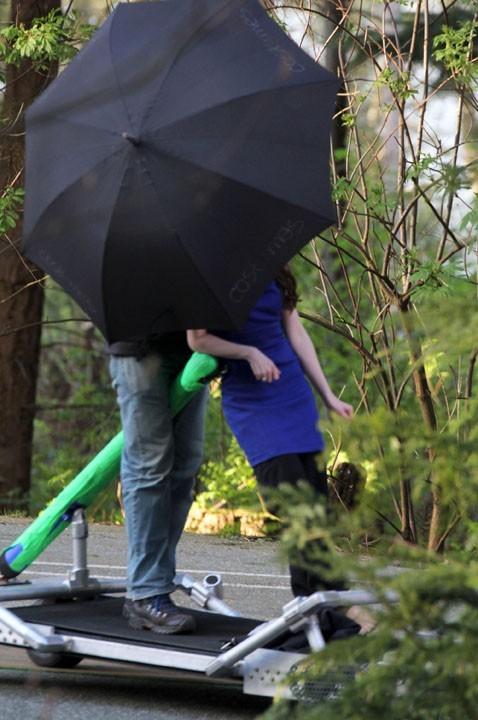 Mais qui se cache derrière ce parapluie ?